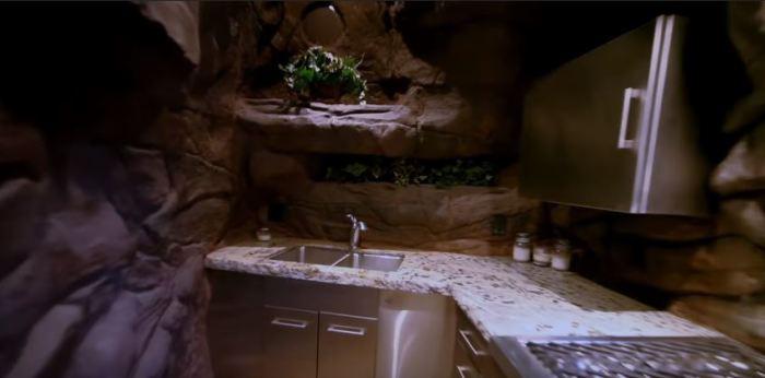 Здесь есть кухня и туалет.