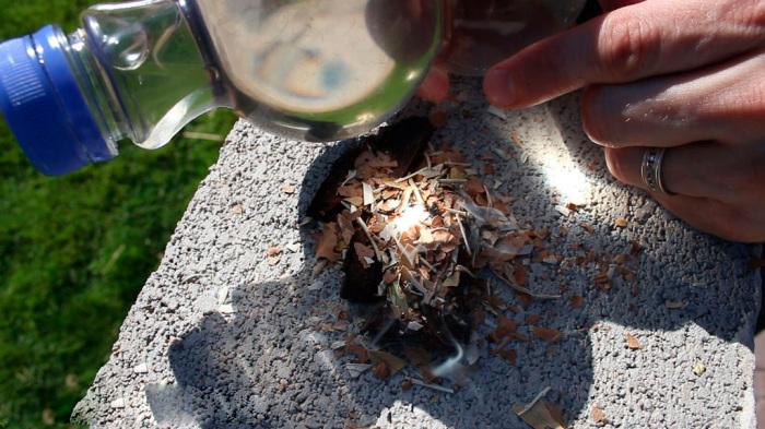 Попробуйте сами, бутылка прекрасно разжигает. /Фото: econet.ua.