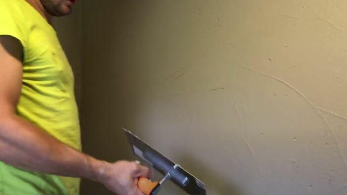 Старательно штукатурим стены. /Фото: youtube.com.
