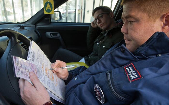 Сначала водителю должны разъяснить права. /Фото: zr.ru.