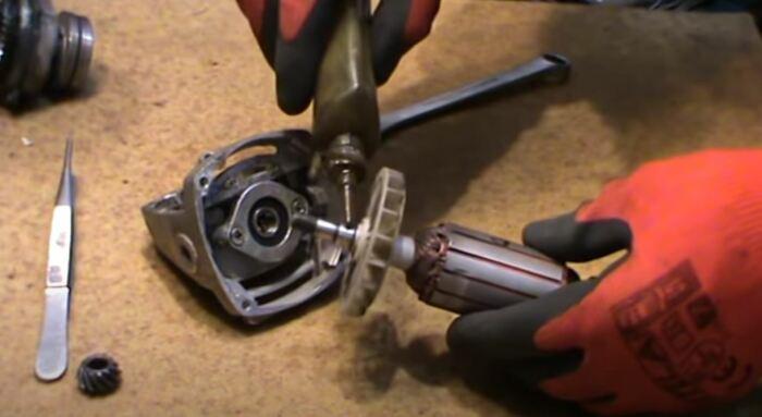 Зачищаем, меняем щетки и собираем обратно. /Фото: youtube.com.