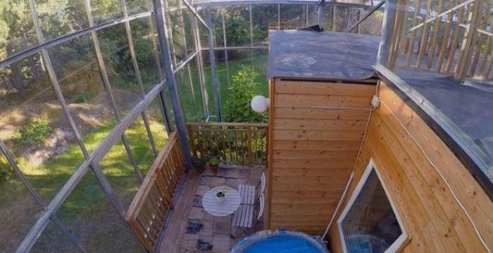 Внутри есть открытая терраса и огород.