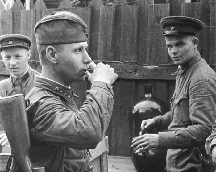 Наркомовские 100 грамм ввели в Финскую войну. /Фото: 123ru.net.