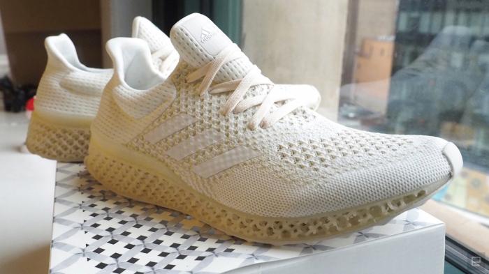 Распечатанные кроссовки.