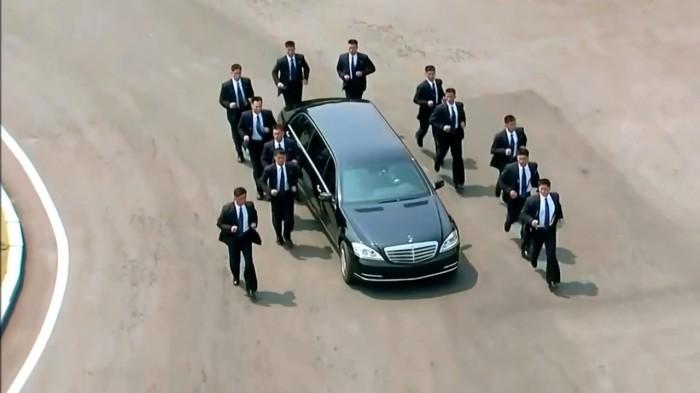 Охранники всегда следуют за машиной.