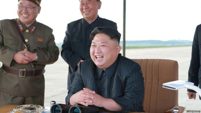 У нынешнего лидера Северной Кореи охраны меньше, чем у предыдущего