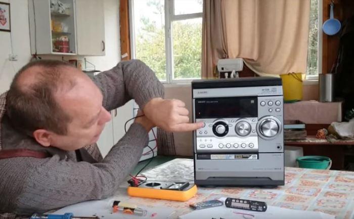 Придется поработать мультиметром и паяльником.  /Фото: youtube.com.