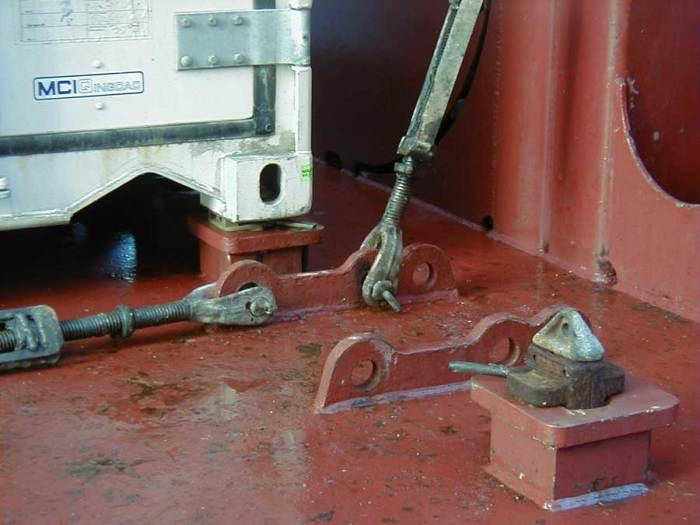 Еще используются стяжки. /Фото: foot-container.ru.