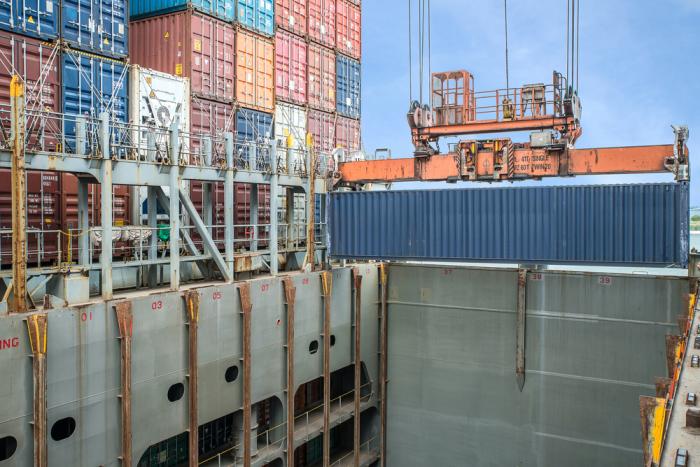 В трюме для контейнеров есть специальные пазы. /Фото: propertycasualty360.com.