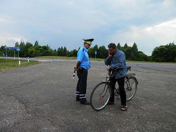 За езду в пьяном виде на велосипеде инспектор по голове не погладит. |Фото: abw.by.