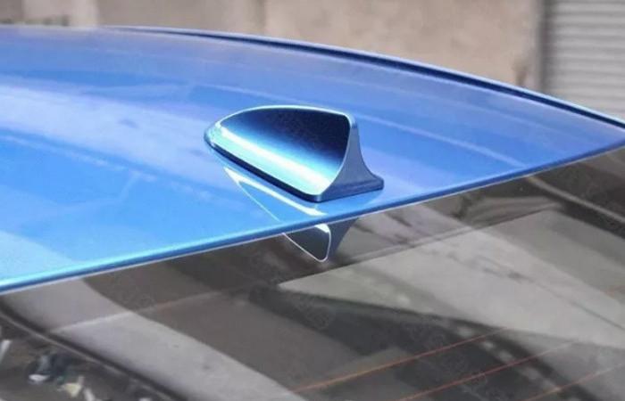 Для чего на крыше современных автомобилей ставят загадочный плавник