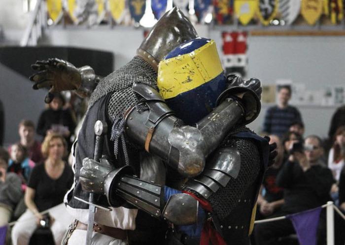 Некоторые рыцари еще и обнимаются! /Фото: vanillamagazine.it.