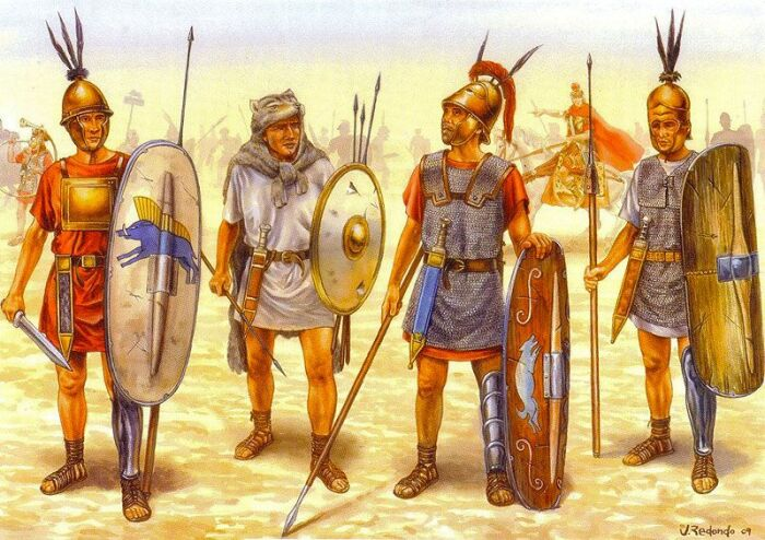 Однако, постепенно воинская традиция Рима менялась. На смену длинному копью - сариссе пришло короткое метательное - пилум. /Фото: tforums.org.