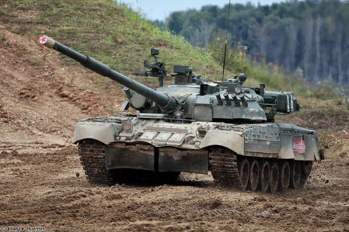 На поле танк творит чудеса. /Фото: oir.mobi.