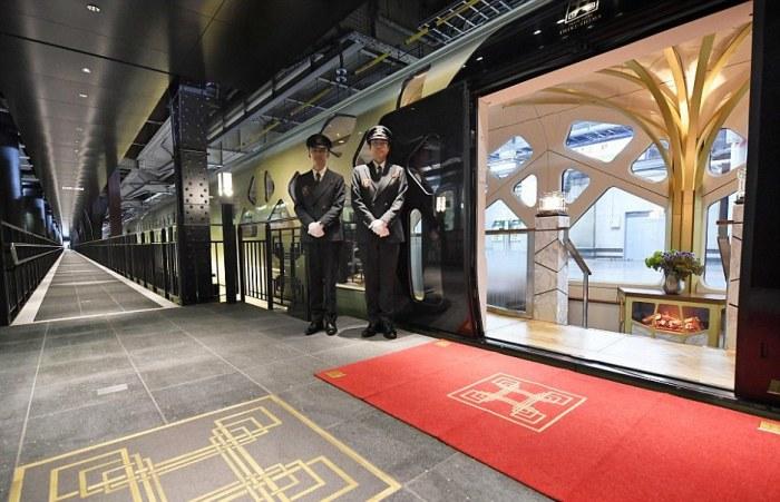 Люксовый зал ожидания для пассажиров поезда на станции Токио.