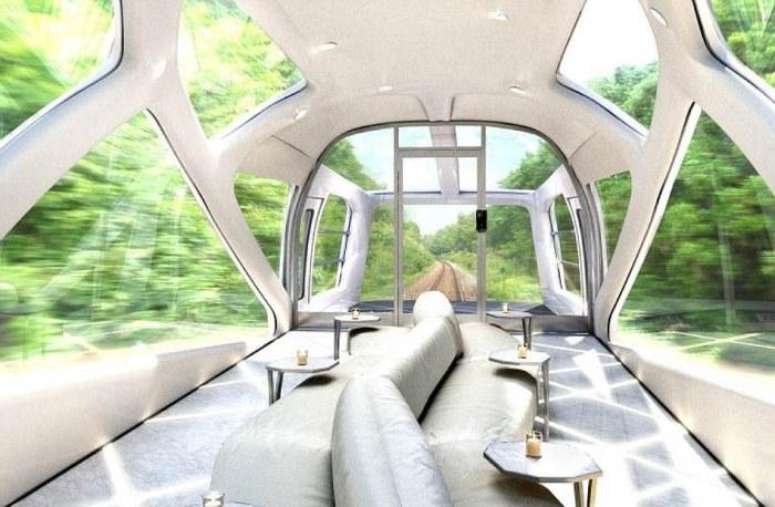 Японский поезд с панорамными окнами.
