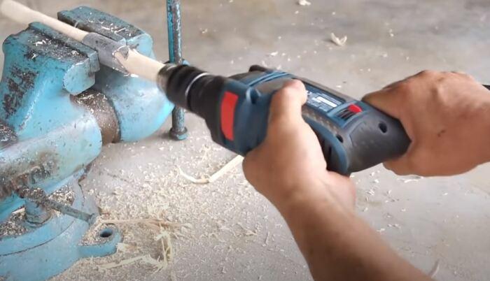 Таким инструментом можно сделать черенок нужного диаметра. /Фото: youtube.com.