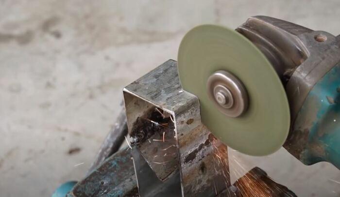 Собираем каркас, делаем прорезь, привариваем гайки. /Фото: youtube.com.
