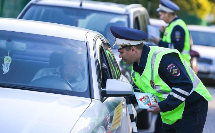 Проверять подкапотное пространство полицейский имеет полное право. /Фото: kingisepp.ru.