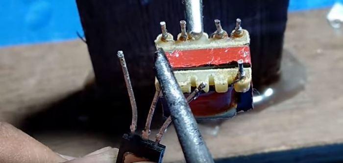 Паяем конструкцию. /Фото: youtube.com.
