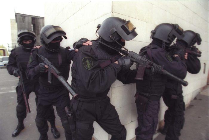 Зачем бойцы спецназа держат друг друга за плечо во время операций