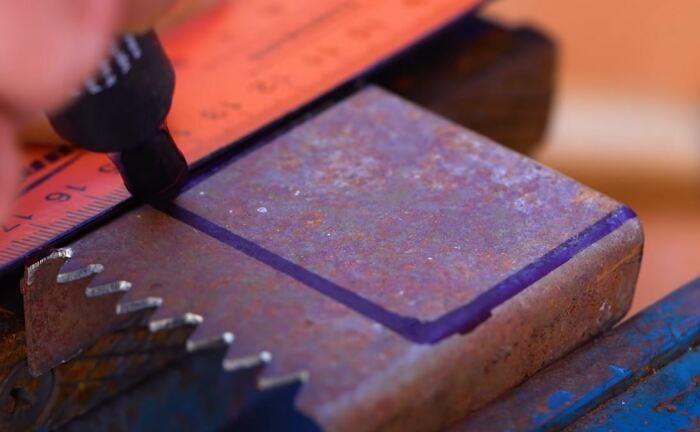 Вырезаем вот такую конструкцию. /Фото: youtube.com.