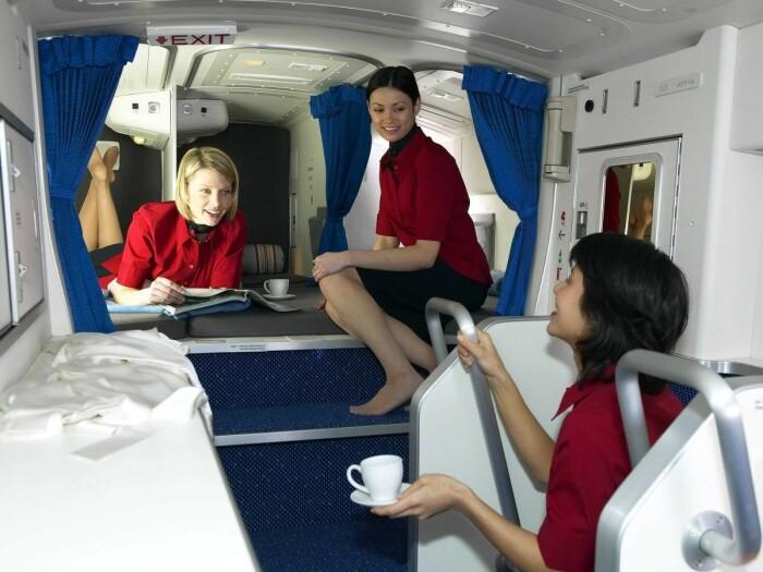 У бортпроводников рядом с салоном, у пилотов под потолком. /Фото: bigpicture.ru.