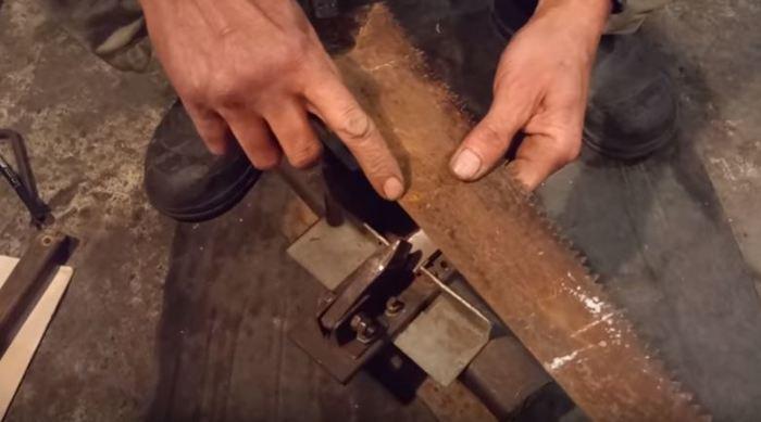 Начинаем вырезать. /Фото: youtube.com.