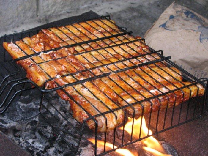 Мясо было вкусным, но пришло время мыть решетку. /Фото: luckclub.ru.