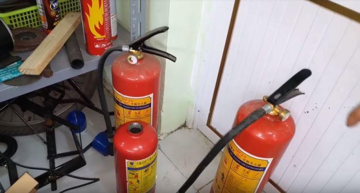 Найдем старый огнетушитель. /Фото: youtube.com.
