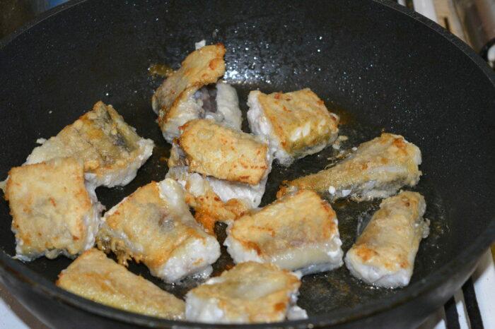 После чего рыба жарится на сковороде. /Фото: vkusno-recept.ru.