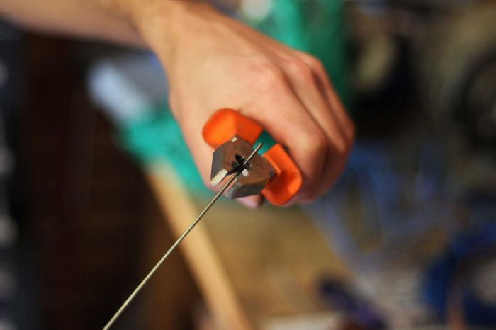 Работаем со стрежнем. /Фото: instructables.com.