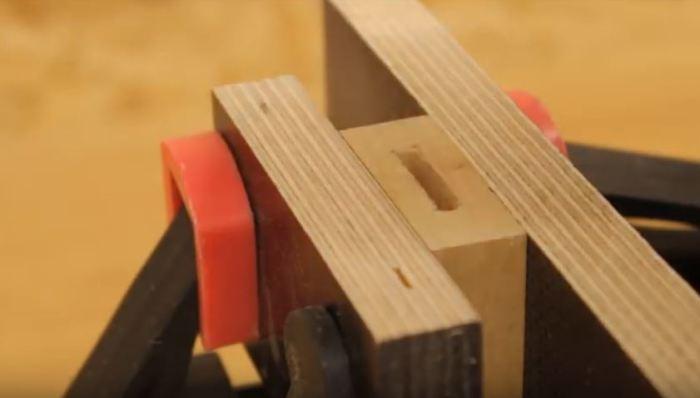 Делаем отверстие для ножа. /Фото: youtube.com.