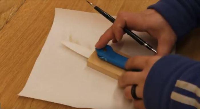 Вставляем железку и обрисовываем будущую ручку. /Фото: youtube.com.