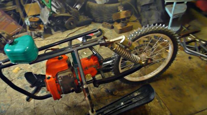 Поставили мотор и колесо. /Фото: youtube.com.