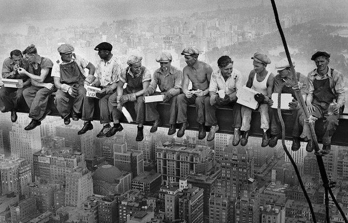 «Обед на небоскребе»: что в действительности делают рабочие на легендарной фотографии