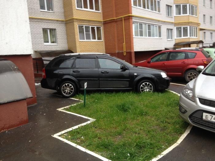 Нельзя оставлять машину там, где она будет мешать. /Фото: zebra-media.online.