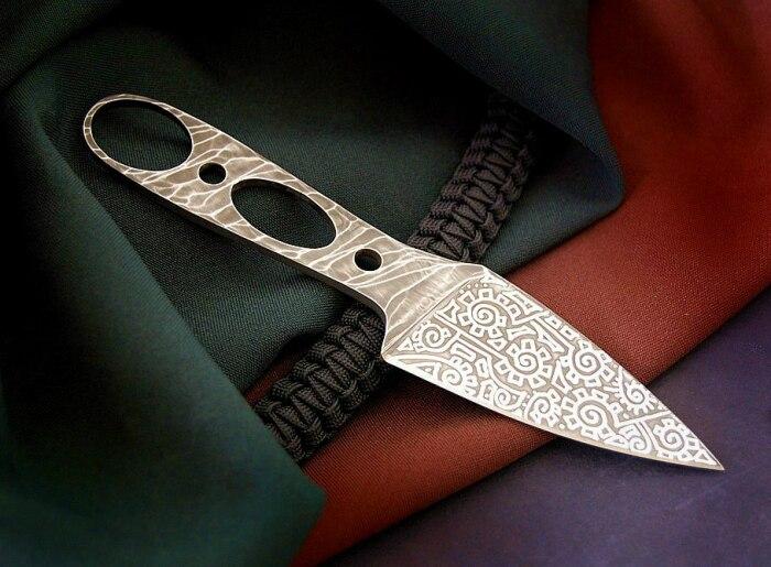 Главная особенность - наличие прорезей. /Фото: ruknife.com.
