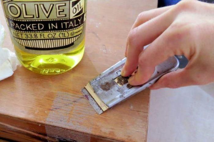 Масло растворит клей на ура. /Фото: worknet-3.ru.