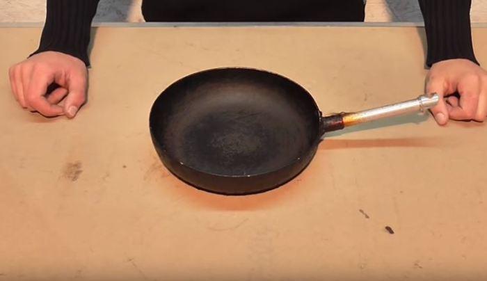 Берем сковороду. /Фото: youtube.com.
