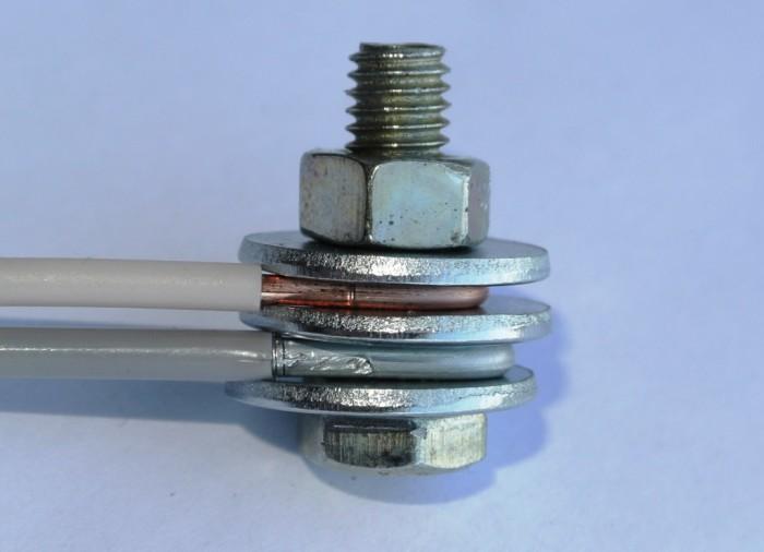 Провода не должны выступать из-под шайбы. /Фото: atlastpk.ru.