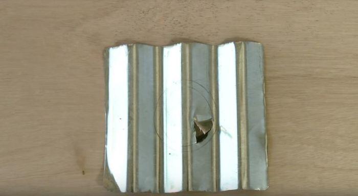 Делаем разметку на металле. /Фото: youtube.com.