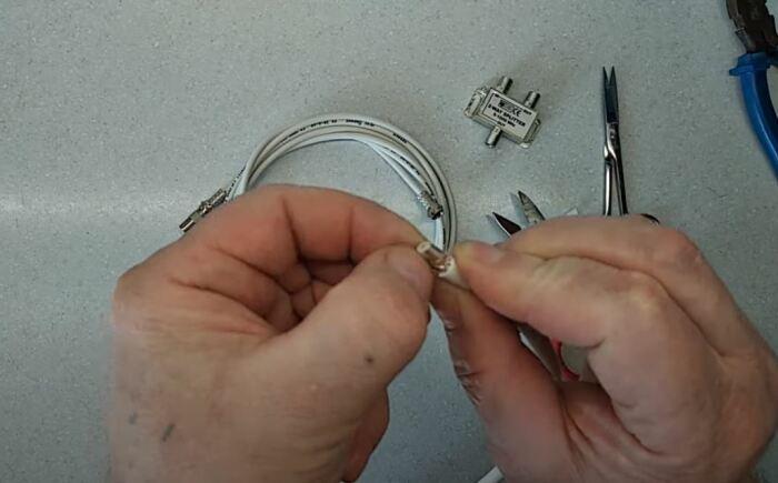 Заголяем концы кабеля под разъемы. /Фото: youtube.com.