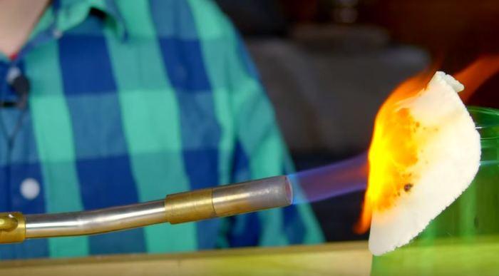 Бутылка не горит. /Фото: youtube.com.