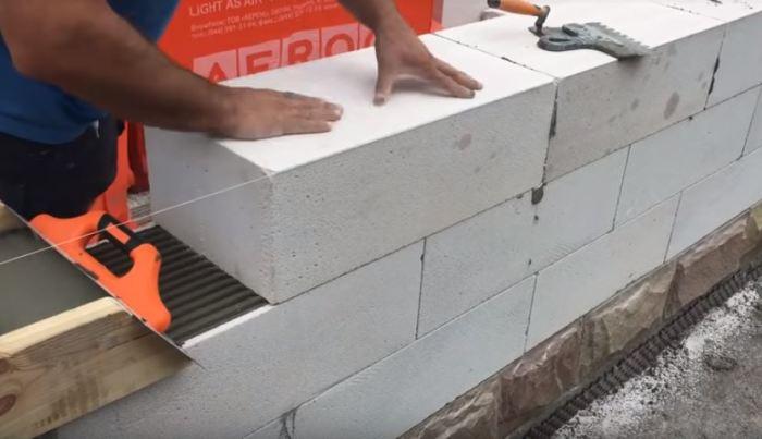 Очень быстро укладываются блоки. /Фото: youtube.com.