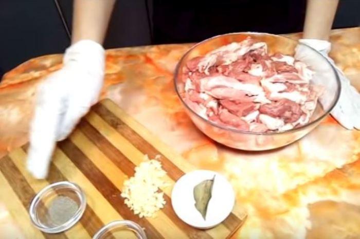 Начинаем с подготовки мяса.