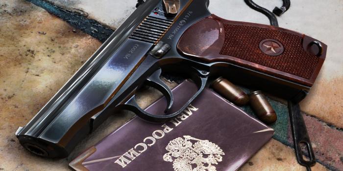 Табельное оружие есть у всех сотрудников силовых структур. /Фото: ruposters.ru.