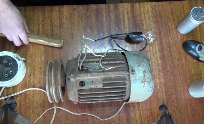 Можно использовать лампочку вместо конденсатора для маломощных двигателей. /Фото: youtube.com.