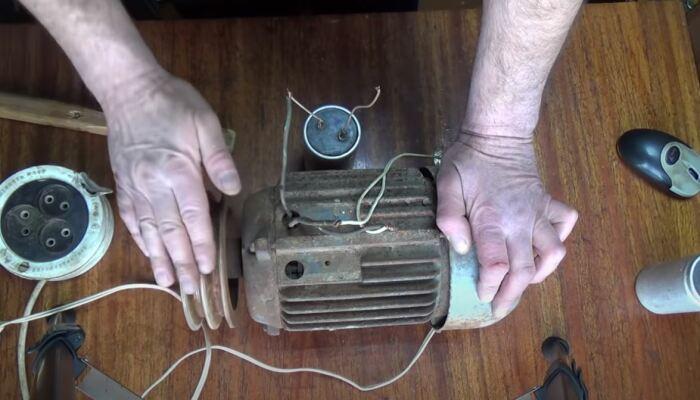 нужно подключить конденсатор и кнопку. /Фото: youtube.com.