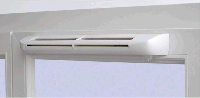 Стоит установить на окно приточный клапан. /Фото: lucheeotoplenie.ru.